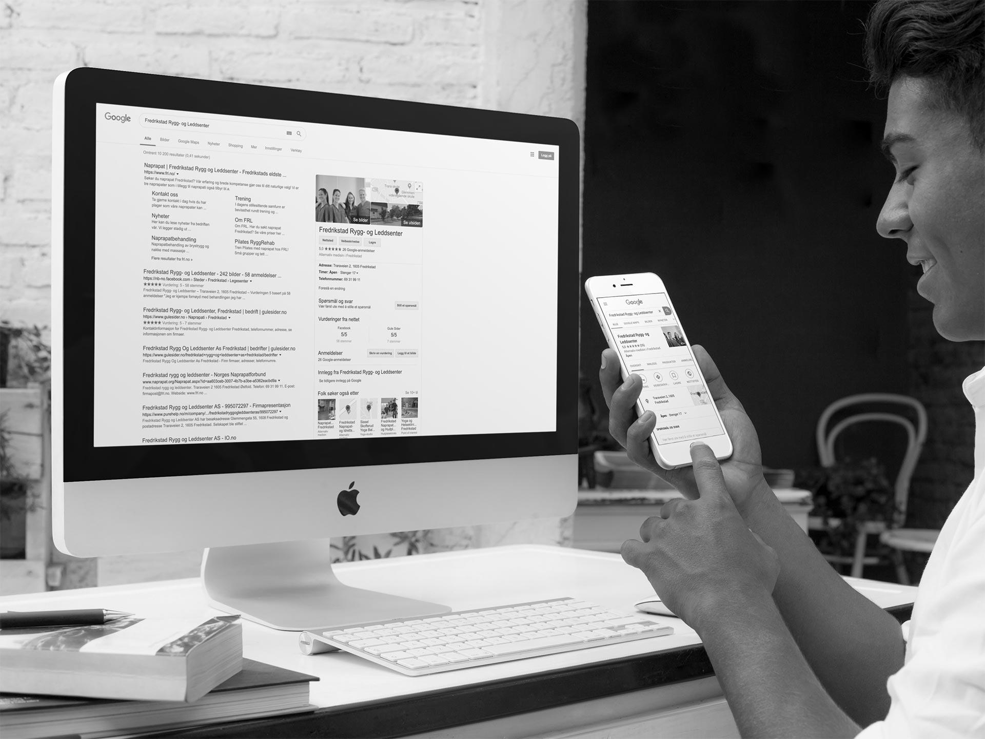 En mann ser på oppføringen av Google min bedrift for Fredrikstad rygg og leddsenter i Google
